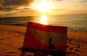 絵本『モリンガのきせき』と与論島の夕日